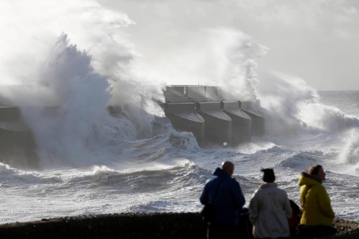 Bouře v Brightonu zvedá vlny