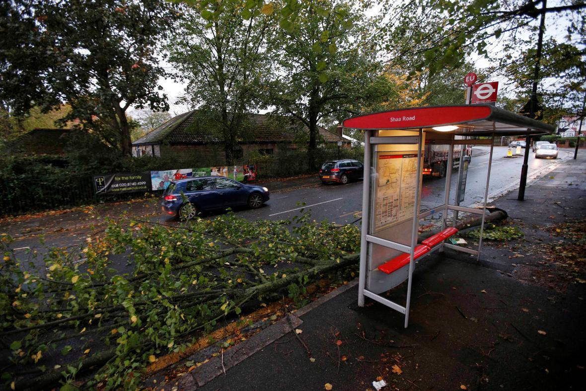 Bouře v Británii polámala stromy a komplikuje dopravu