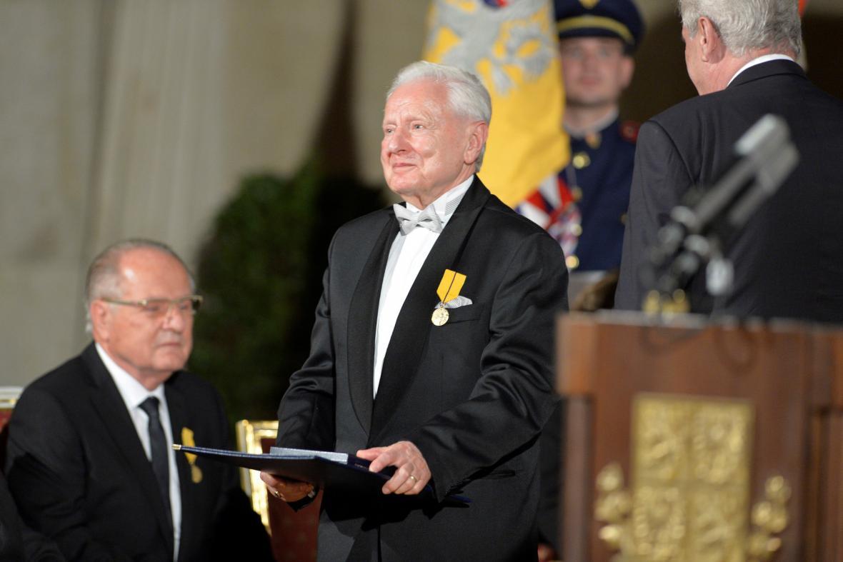 Medaili Za zásluhy udělil bývalému ministrovi průmyslu své někdejší vlády Miroslavu Grégrovi