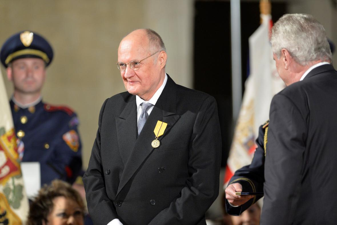 Medaili Za zásluhy udělil prezident filosofovi Václavu Bělohradskému