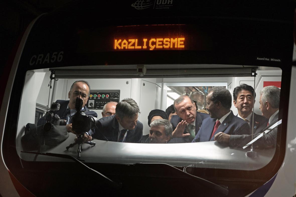 Recep Tayyip Erdogan a Šinzó Abe při inauguraci tunelu pod Bosporem