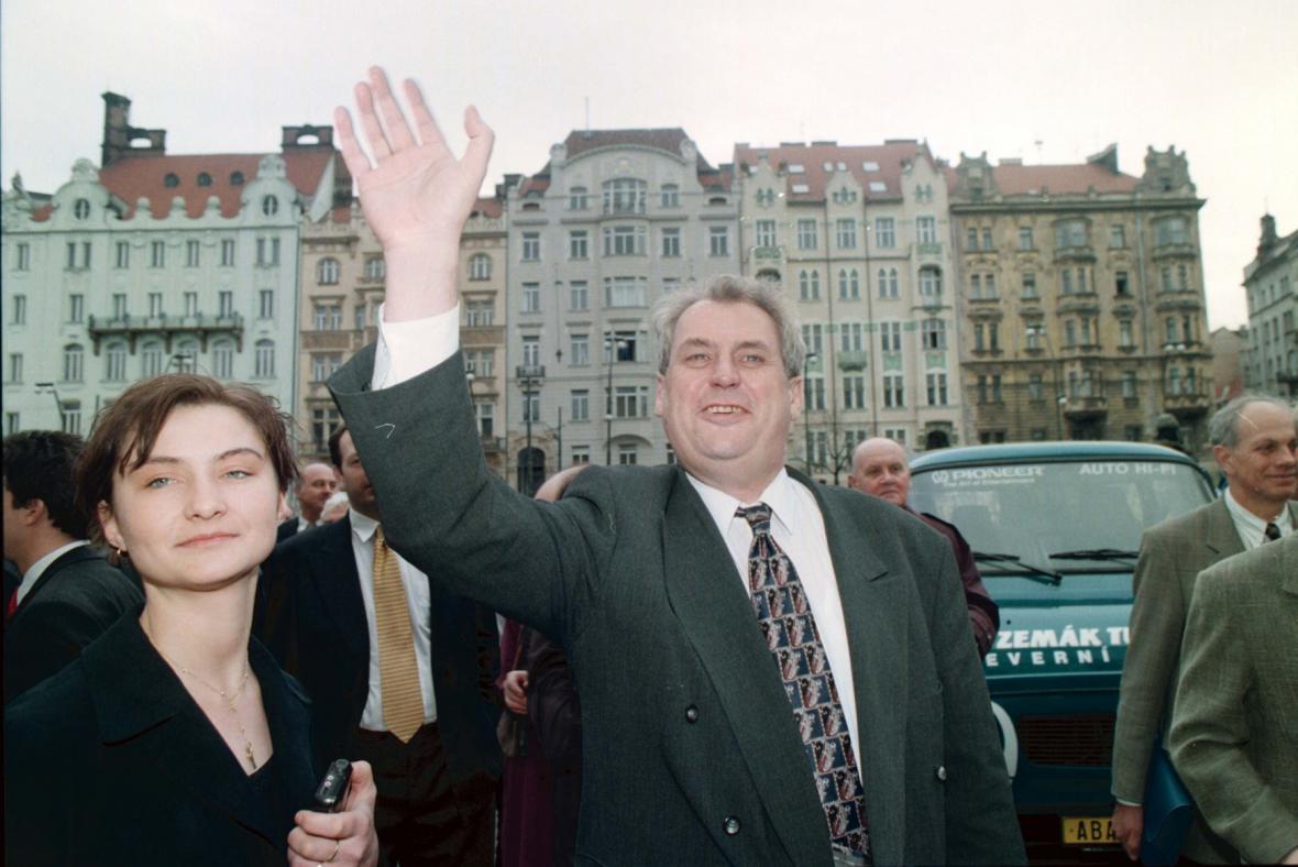 Miloš Zeman a autobus Zemák v roce 1998