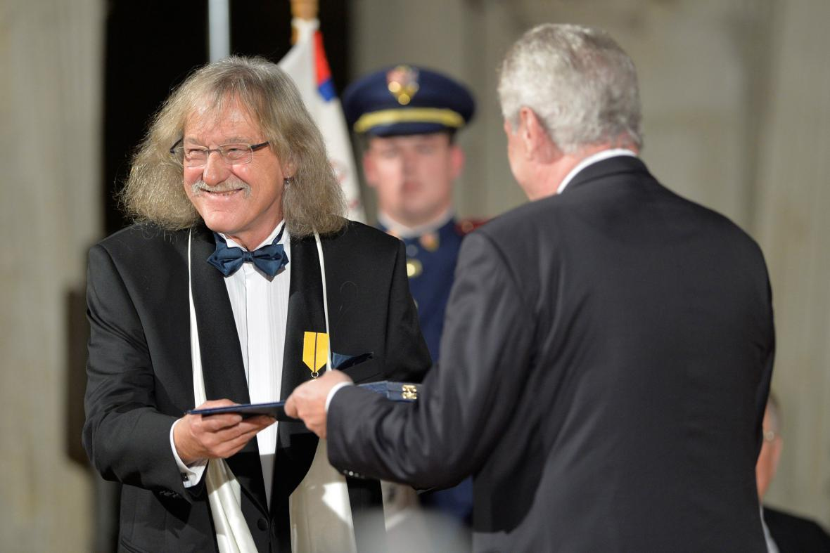 Medaili Za zásluhy udělil prezident kytaristovi Lubomíru Brabcovi