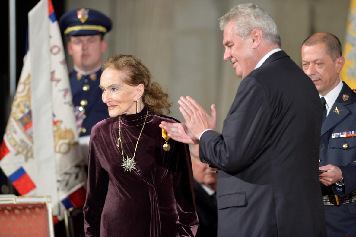 Medaili Za zásluhy udělil prezident operní pěvkyni Soně Červené