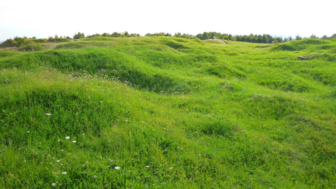 Krátery po střelách rozrytá verdunská krajina
