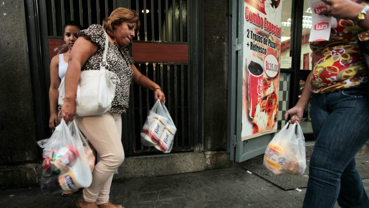 Venezuelané skupují poslední toaletní papír
