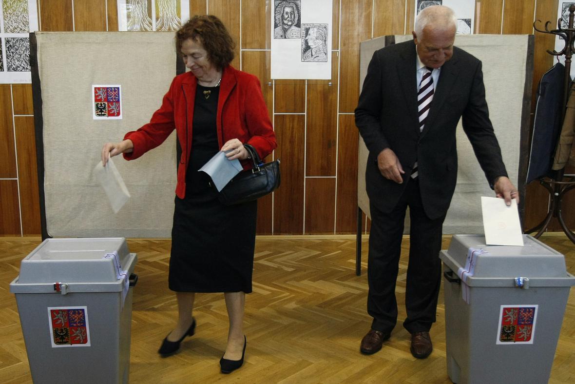 Manželé Klausovi u voleb