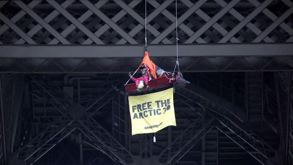 Aktivisté Greenpeace na Eiffleovce