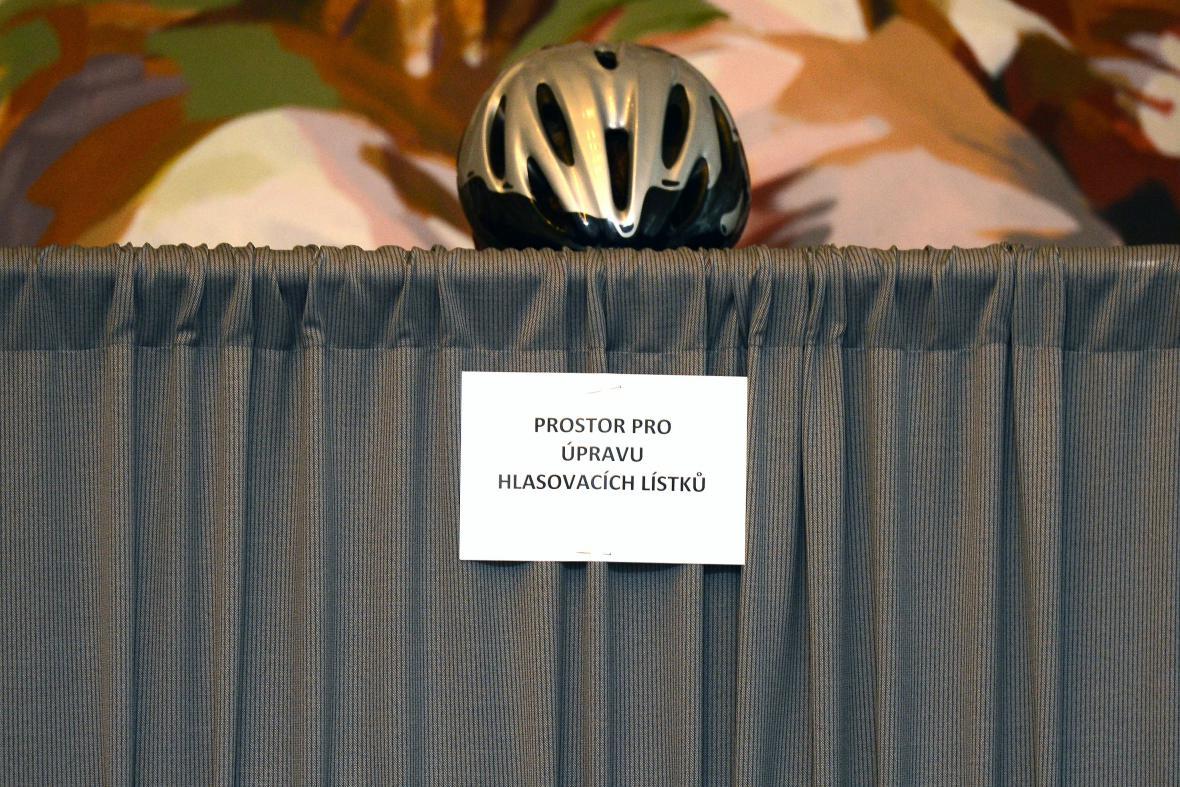 Do volební místnosti v Poslanecké sněmovně dorazil i cyklista