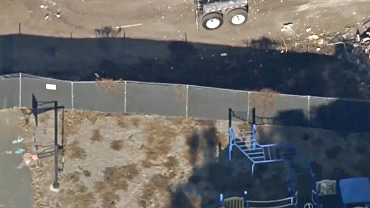 Demolici školy Sandy Hook chrání před zraky zvědavců plot
