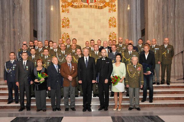 Fotografie oceněných s ministrem obrany v demisi Vlastimilem Pickem