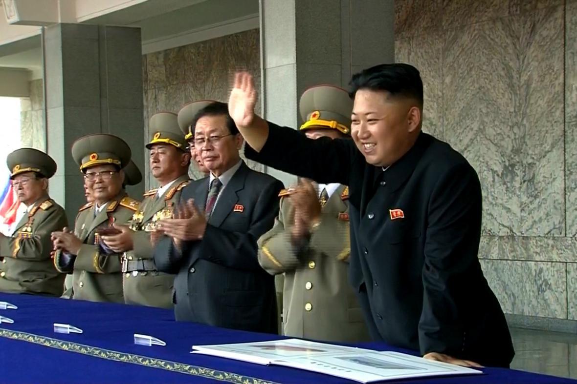 Kim Čong-un zdraví vojáky během přehlídky k 65. výročí založení KLDR