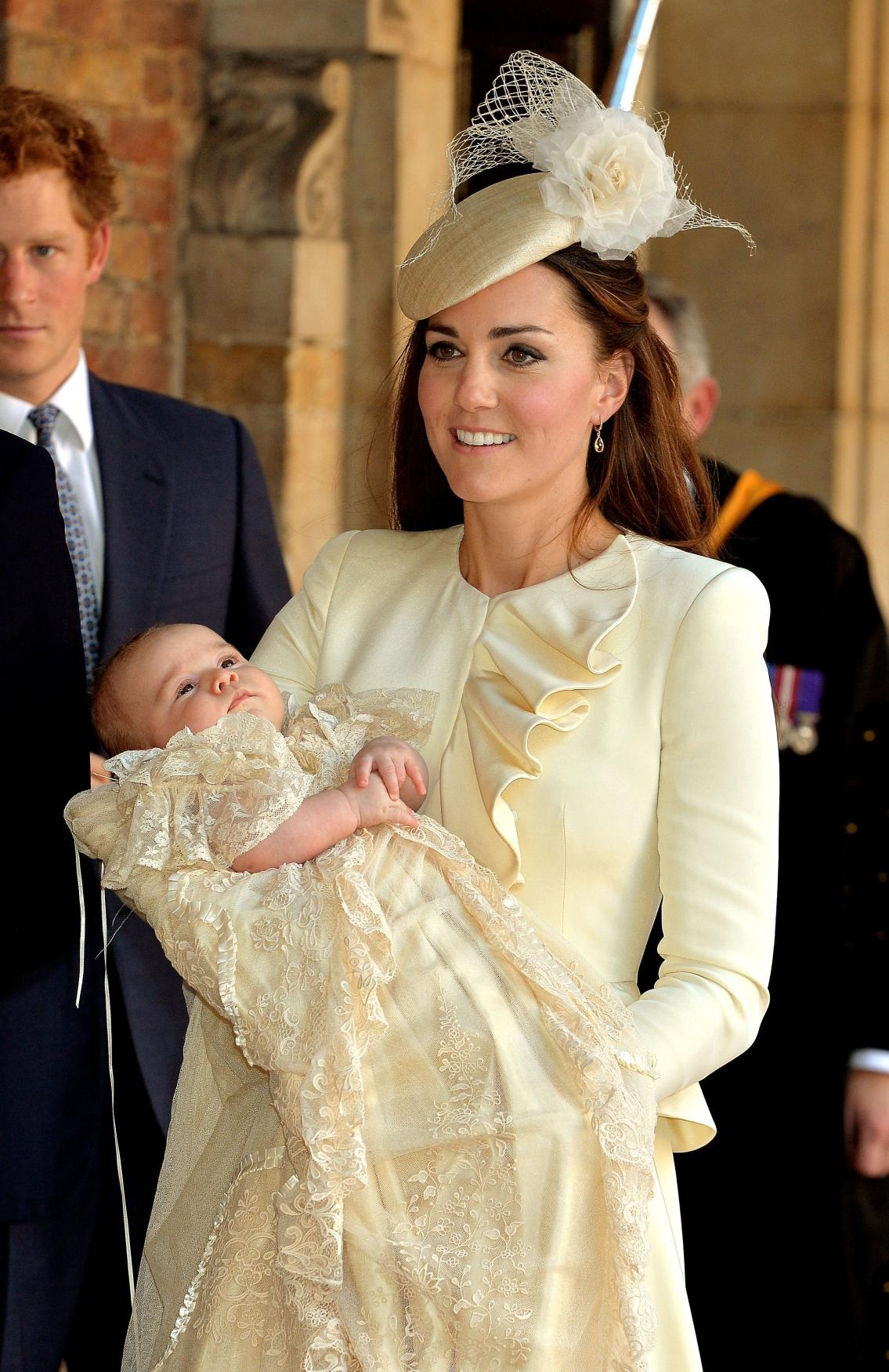 Vévodkyně z Cambridge odnáší po skončení křtu prince George