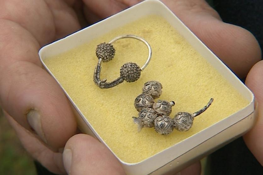 Dělník při opravě vodovodu objevil stříbrné náušnice