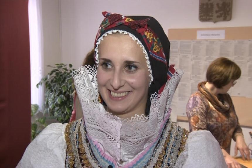 Stárka Lenka Raušová vyrazila k volební urně v kroji