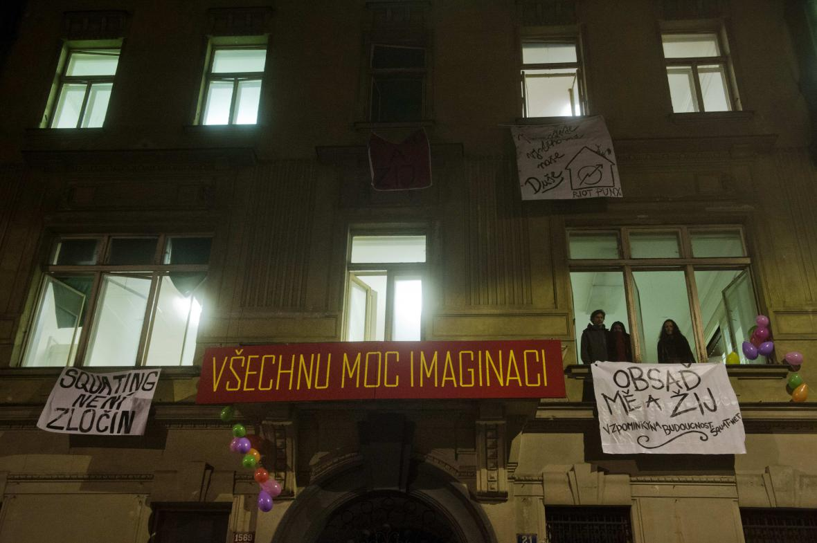 Squatteři obsadili čtyřpatrový dům v centru Prahy