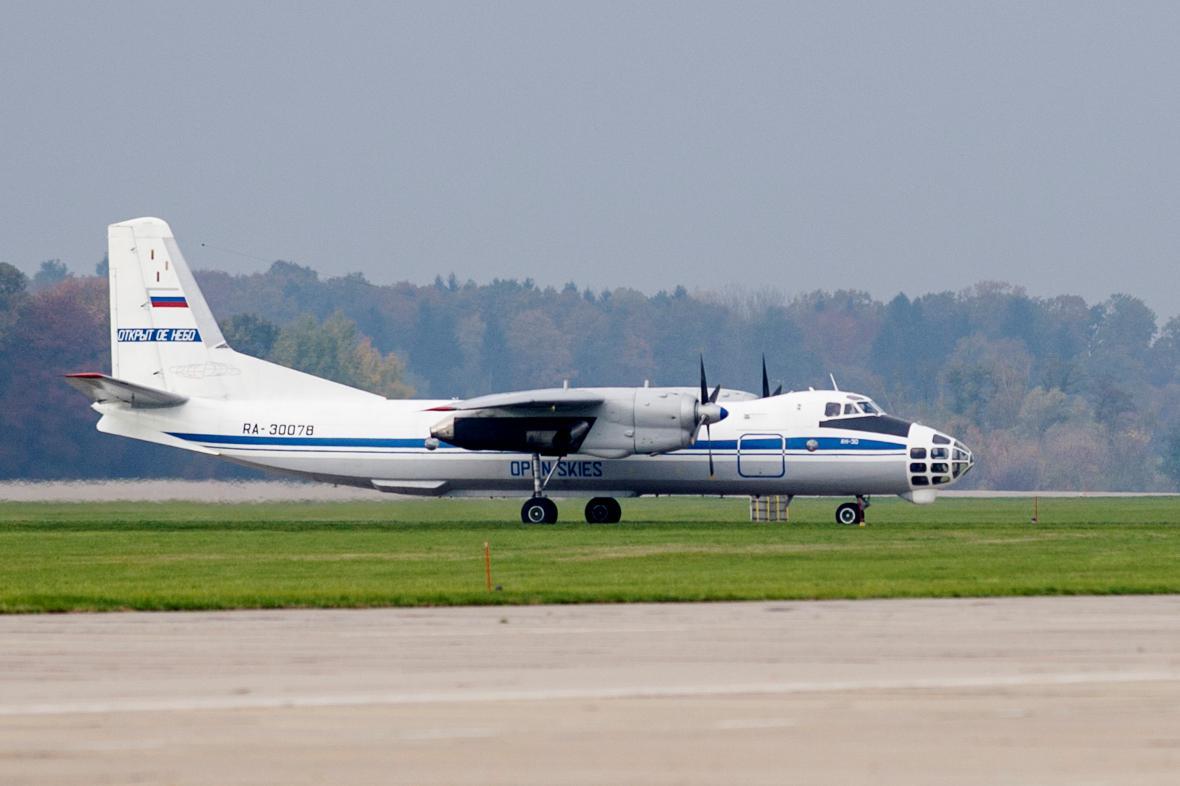 Na pardubickém letišti přistál ruský letoun Antonov An-30B