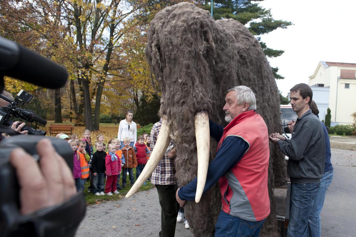 Maketa představuje mládě mamuta