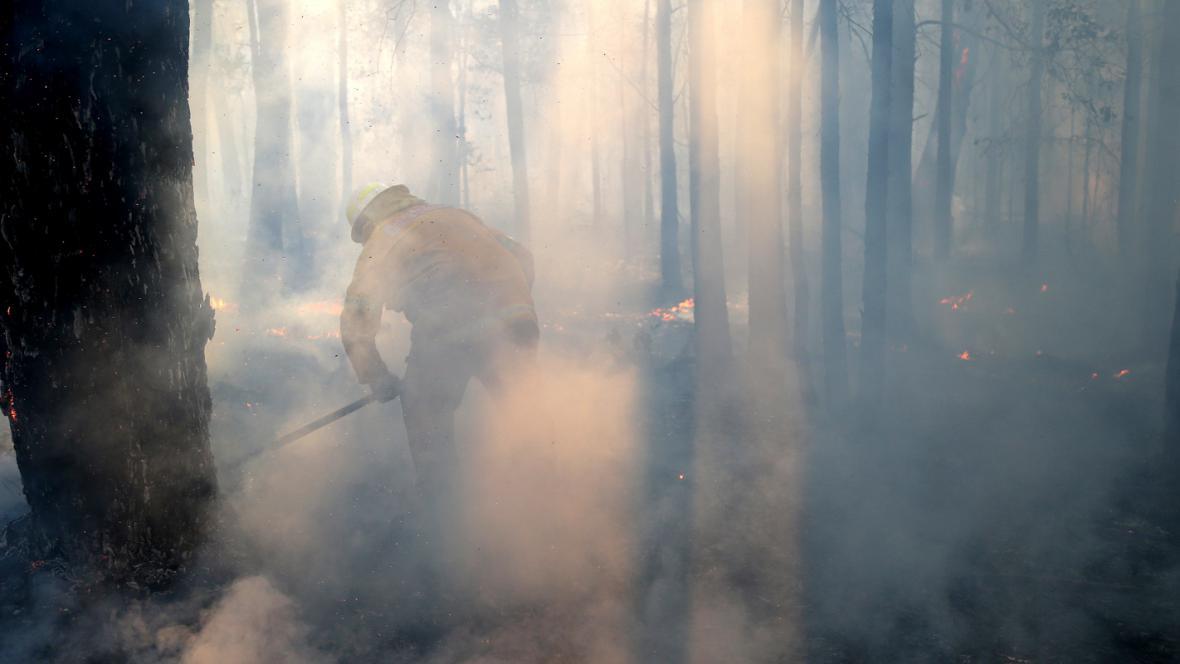 Australští hasiči bojují s požárem