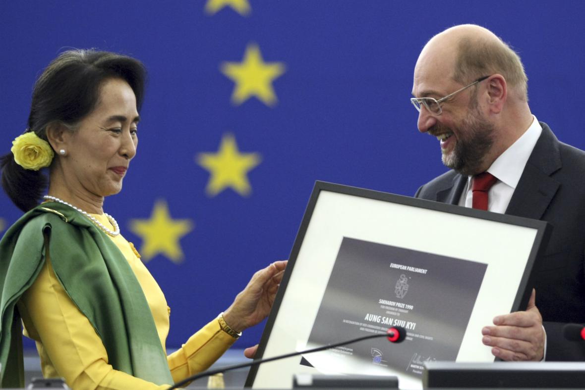 Martin Schulz předal Su Ťij Sacharovovu cenu