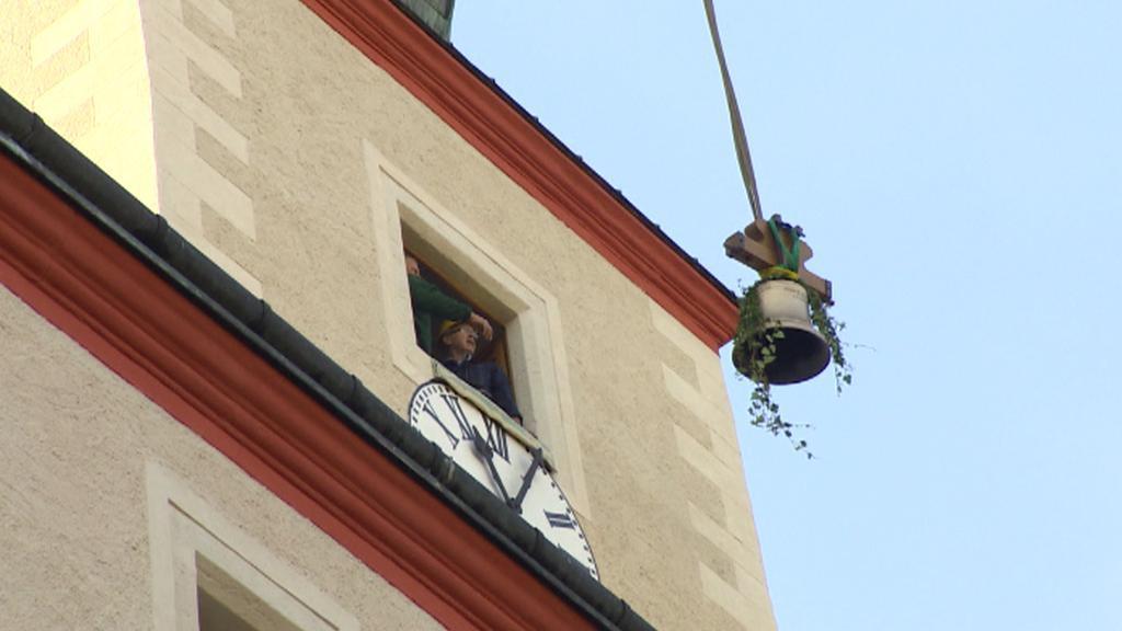 Umisťování zvonu do kostela