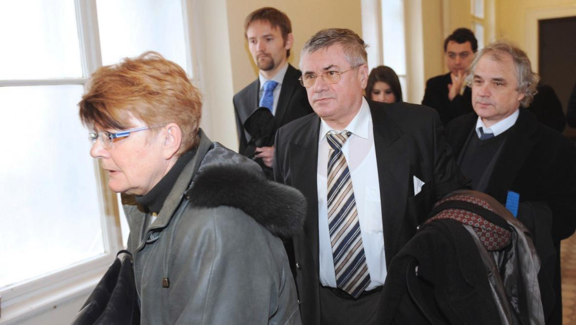 Jiří Teryngel (uprostřed) odchází od soudu