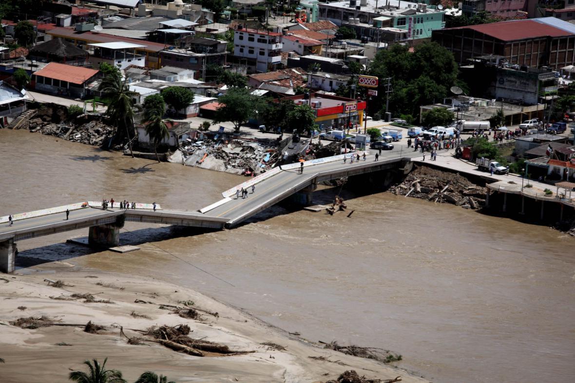 Zničený most v mexickém státě Guerrero