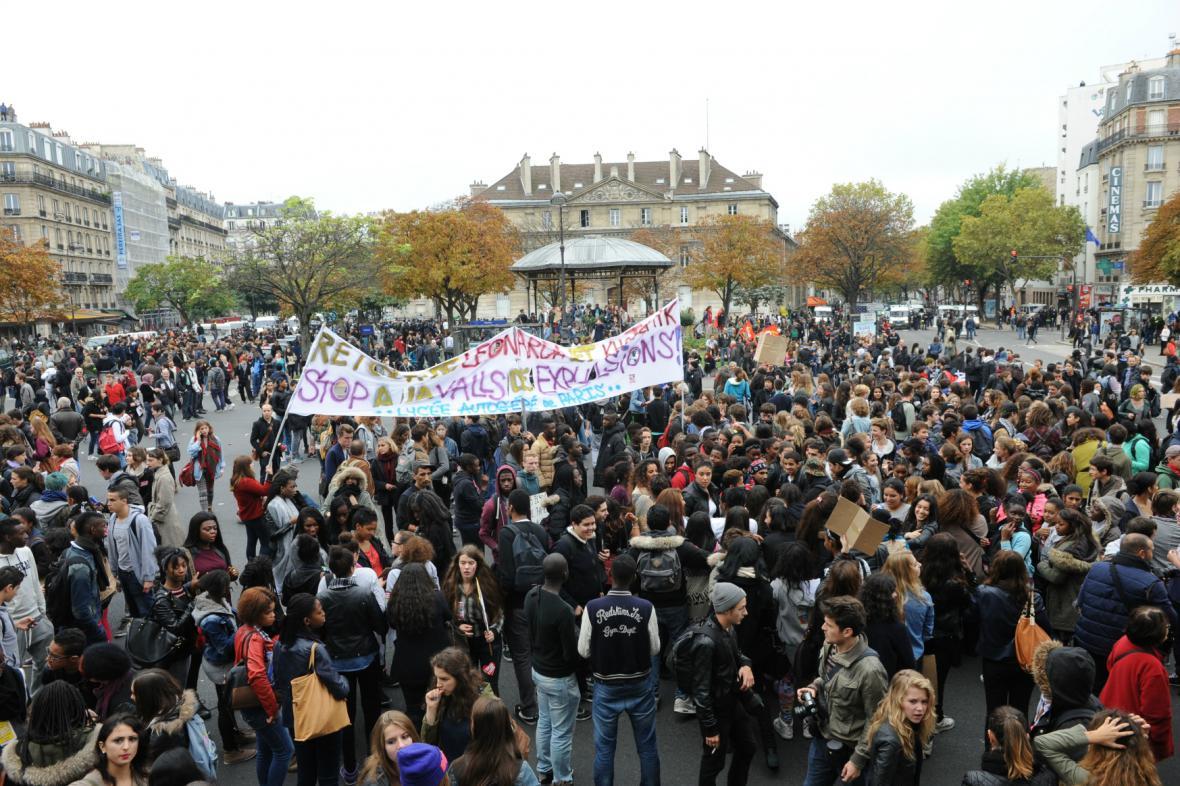 Mladí Francouzi demonstrují proti vyhoštění mladé Romky
