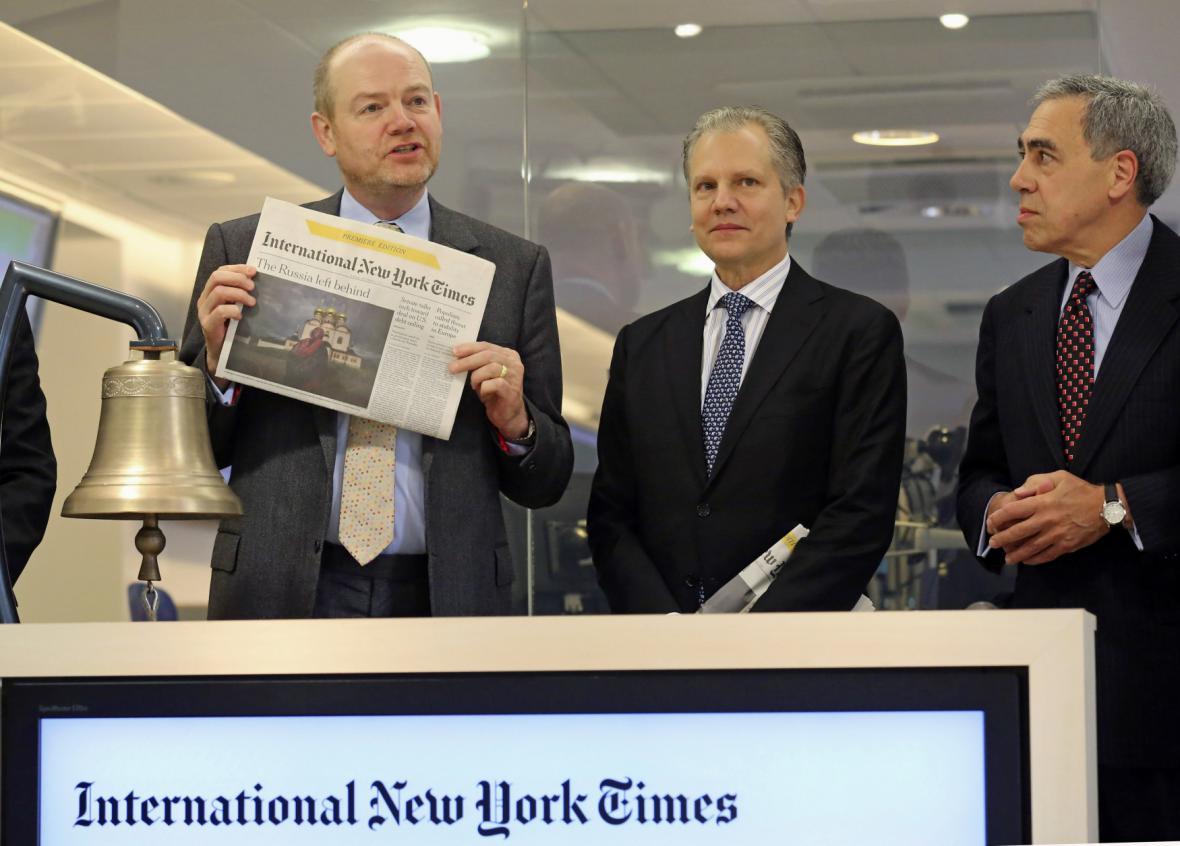 Šéf společnosti New York Times Mark Thompson (vlevo) představuje International New York Times