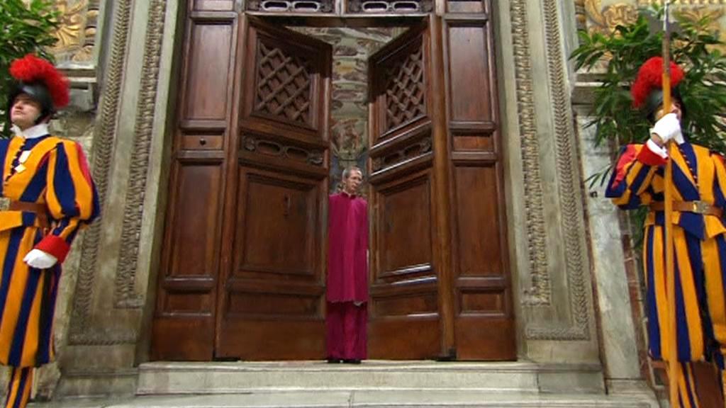 Dveře Sixtinské kaple se zavírají
