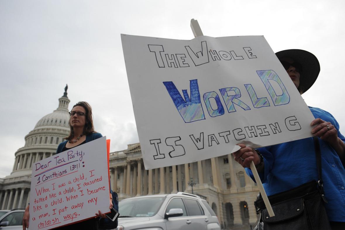 Lidé před budovou Senátu čekají na schválení kompromisního zákona
