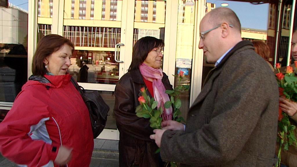 Bohuslav Sobotka rozdává růže