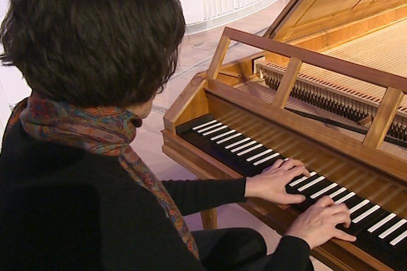 Pianistka hraje starou hudbu na kopie dobových nástrojů