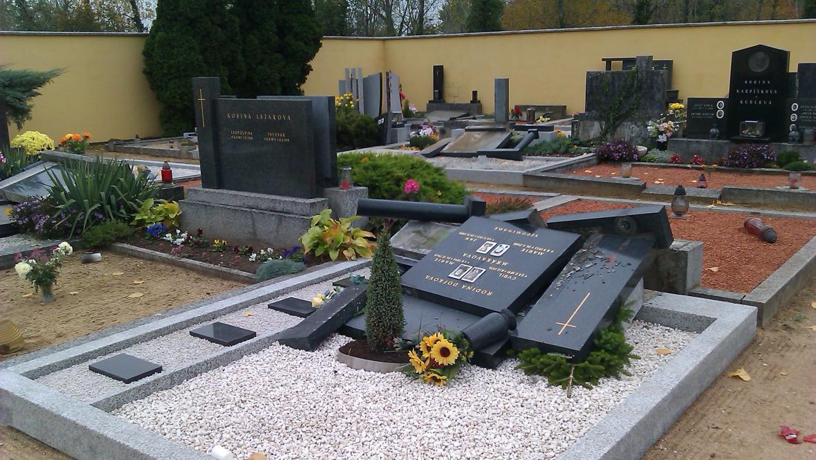 Zničené náhrobky na hřbitově ve Vranovicích