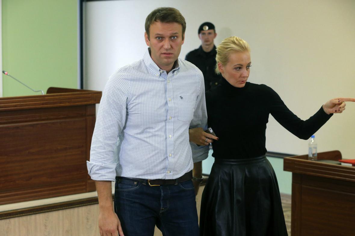 Soud změnil Navalnému trest na podmínku