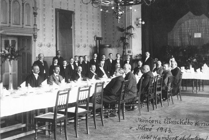 Ukončení číšnického kurzu v restauraci hotelu Hamburk (1913)