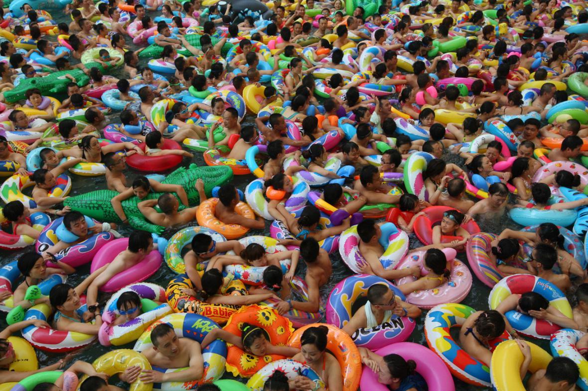 Zaplněné koupaliště v čínském Suej-ning