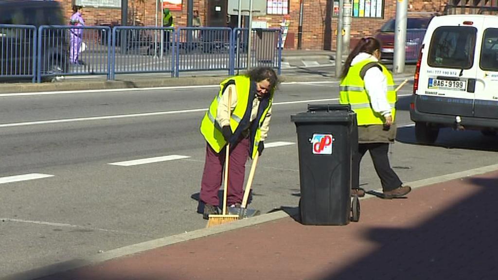 Dlouhodobě nezaměstnaní uklízejí v Budějovicích zastávky