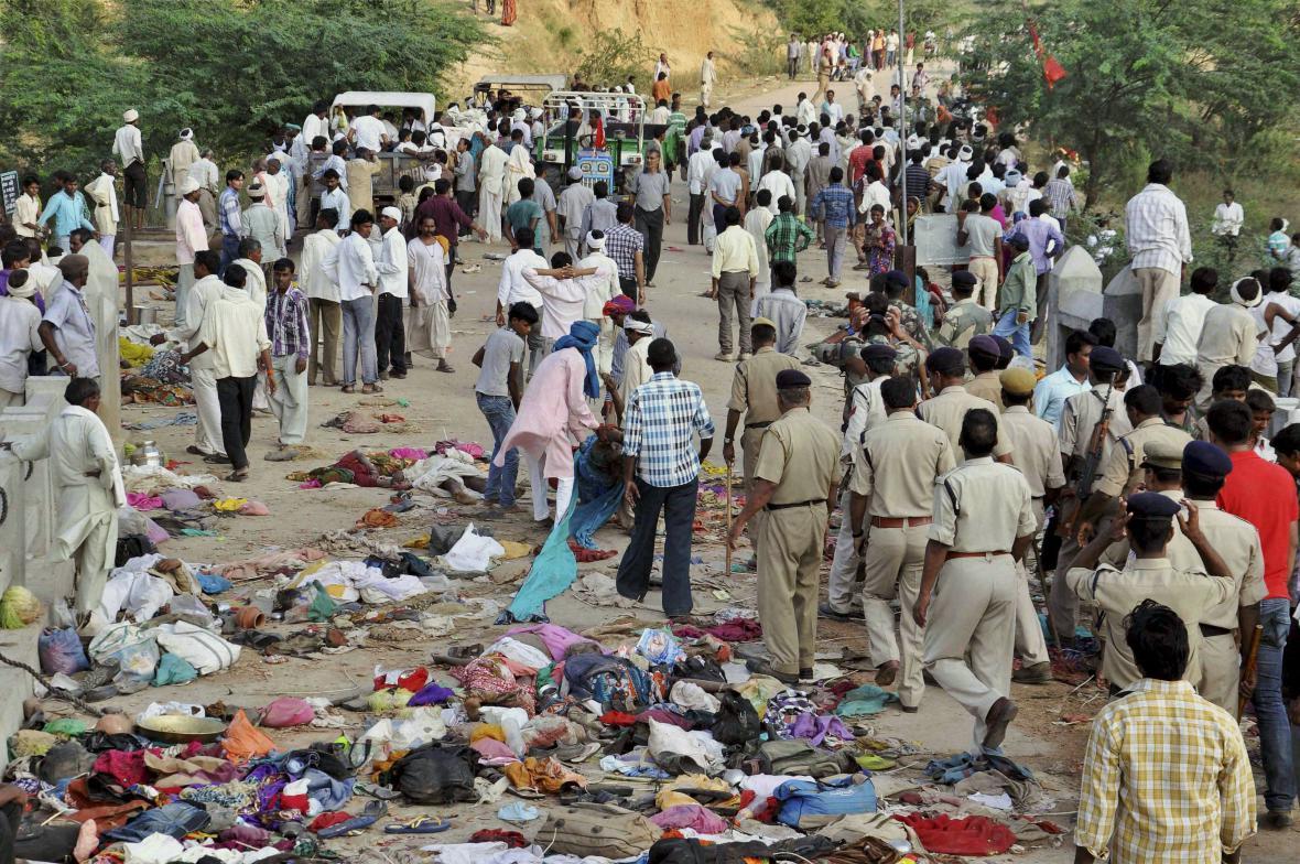 Indická policie přichází na místo neštěstí