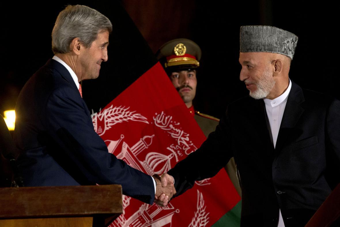 John Kerry a Hamid Karzaj