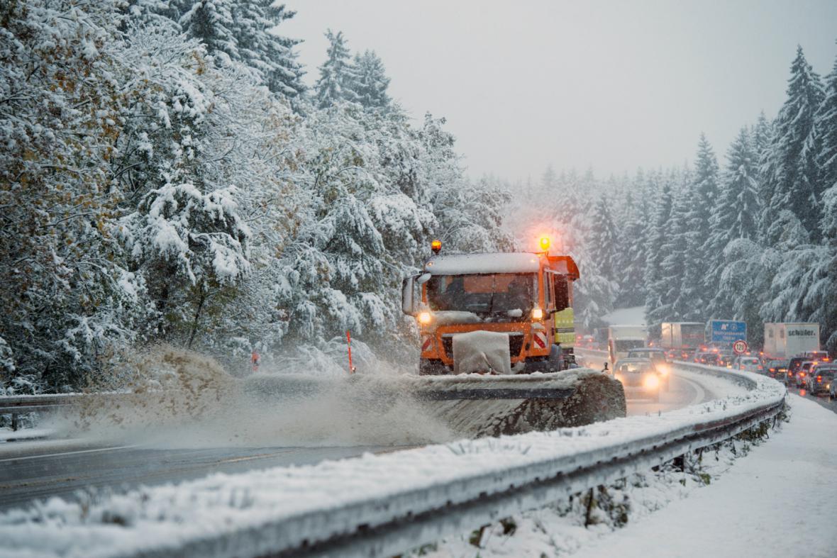 První letošní sníh v Bavorsku zkomplikoval dopravu