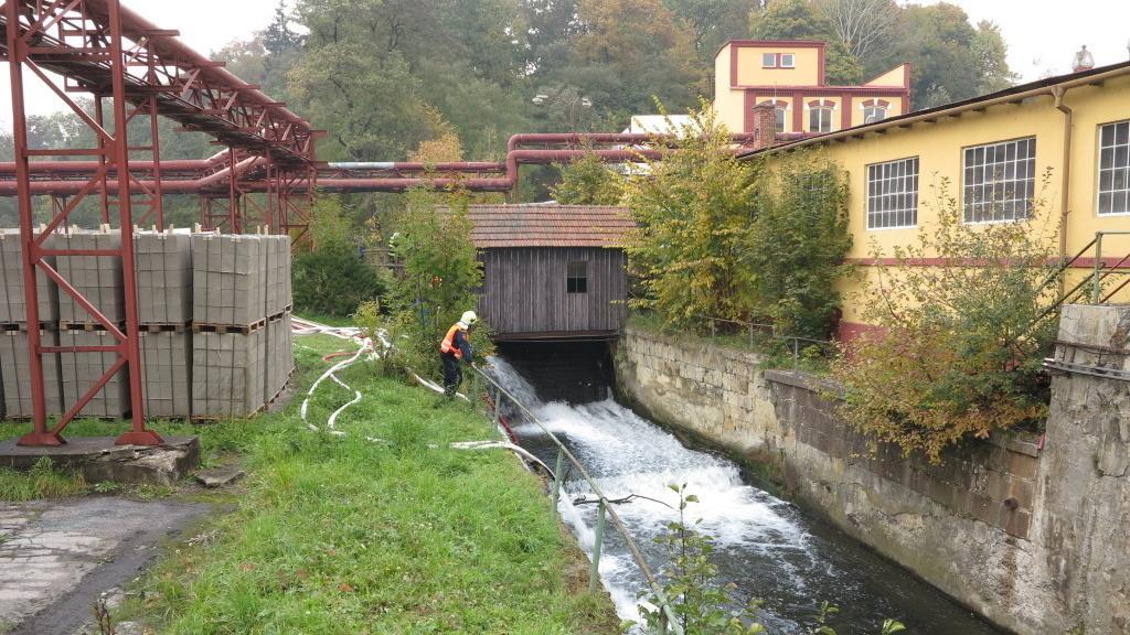 Hasiči přečerpávají vodu