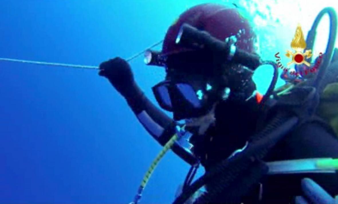 Záchranné práce potápěčů u ostrova Lampedusa