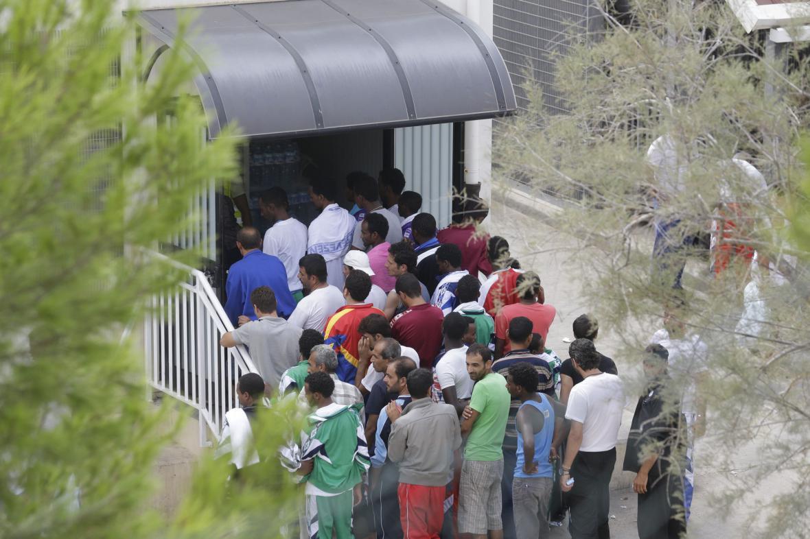 Přistěhovalci v táboře pro migranty na ostrově Lampedusa