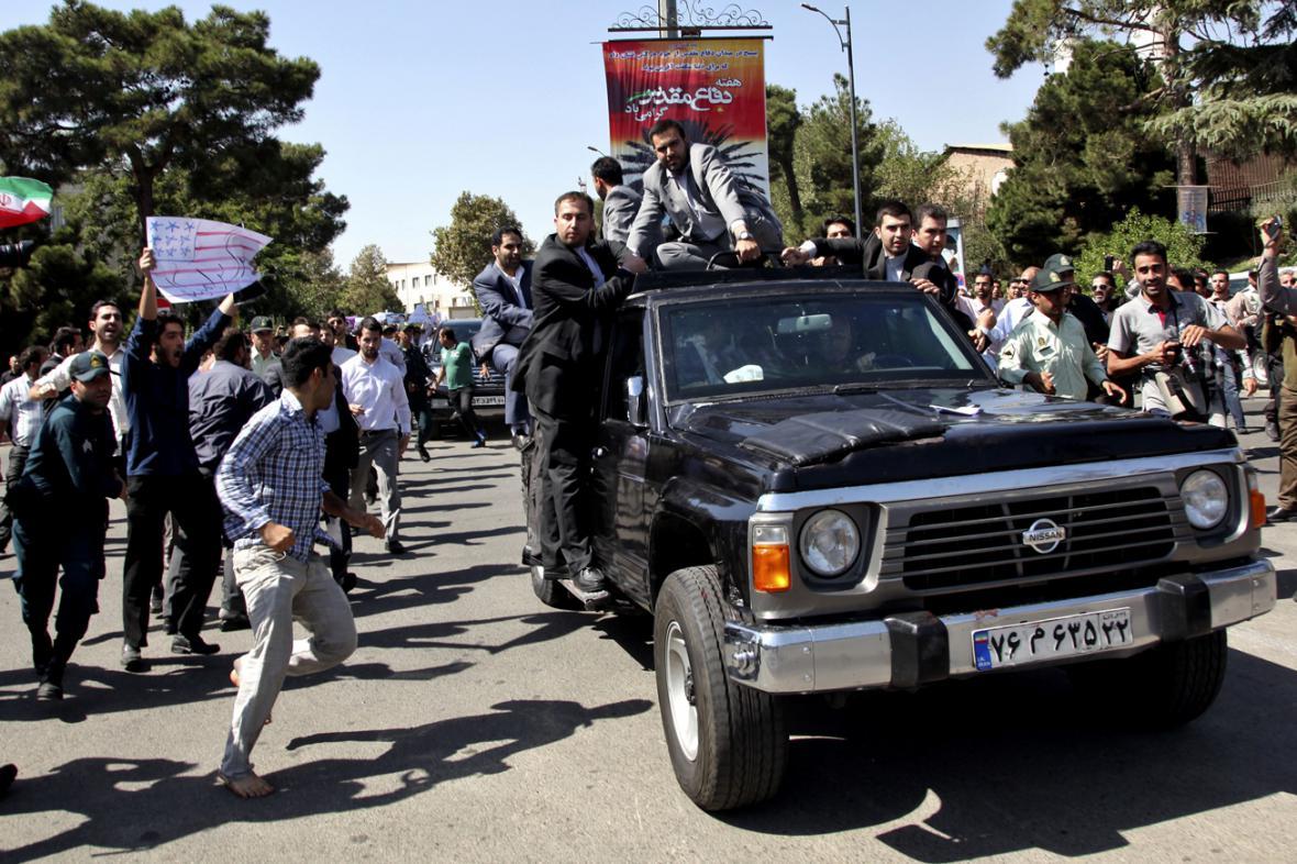 Odpůrci Hasana Rouháního napadli jeho limuzínu