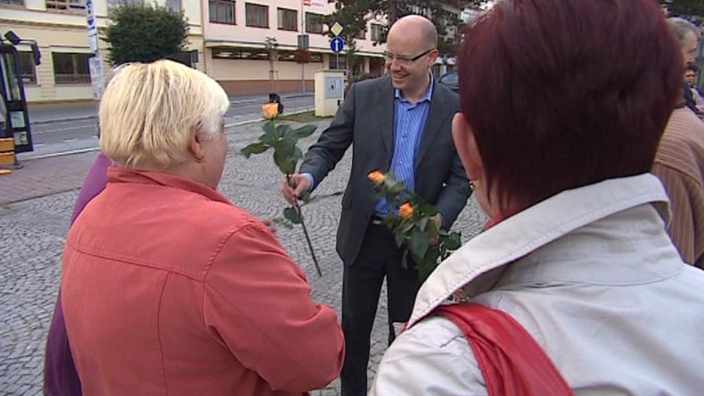 Bohuslav Sobotka rozdává kolemjdoucím růže