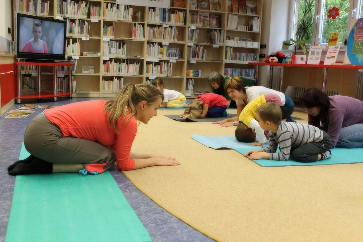 Týna z Jogínků předcvičovala dětem v knihovně