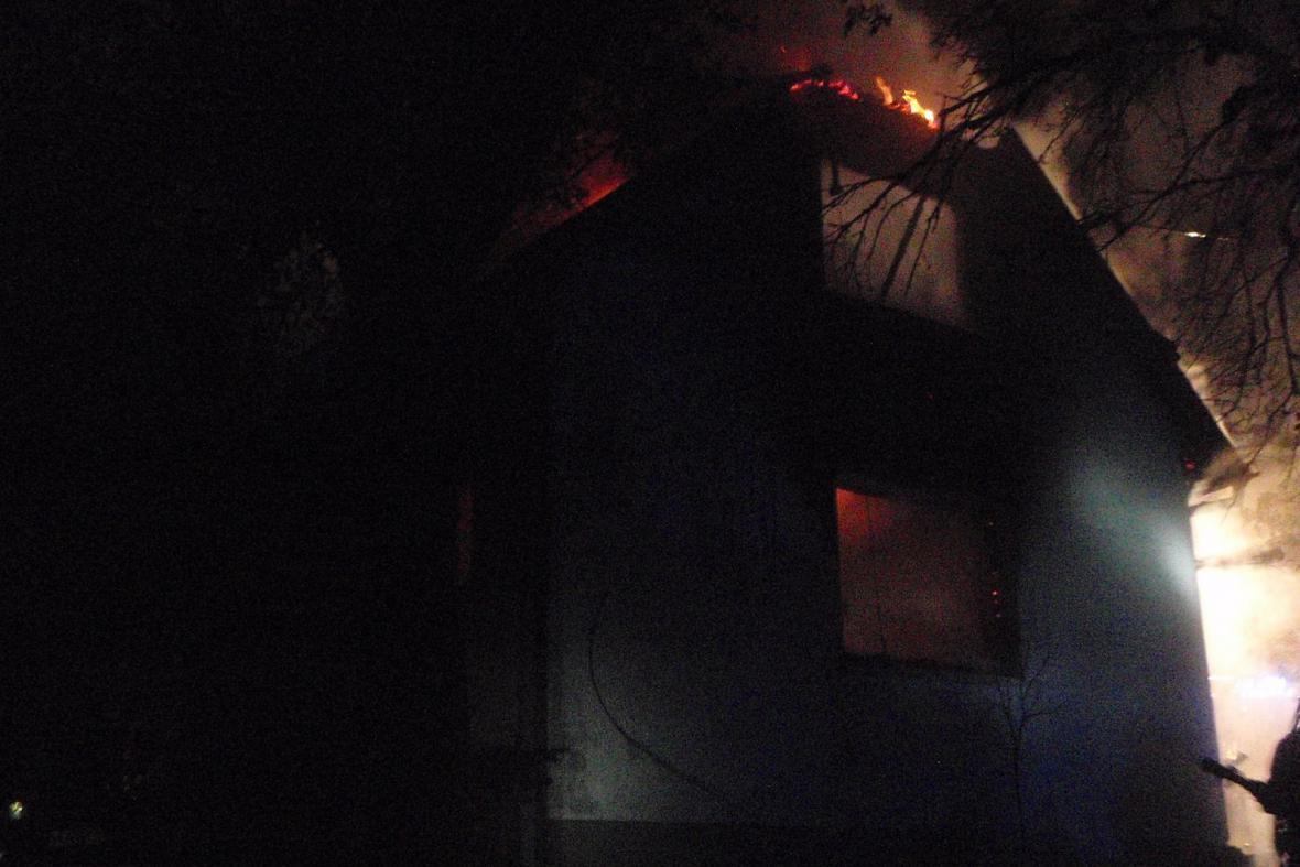 Při nočním požáru chaty zemřel člověk