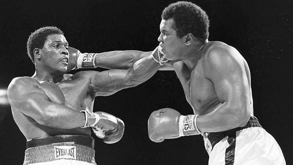 Boxer Muhammad Ali (vpravo)