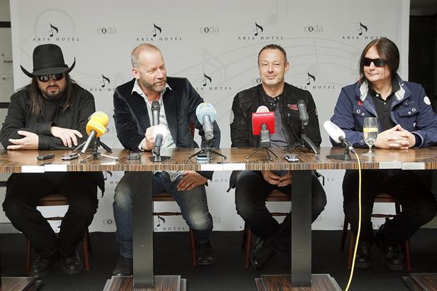 Skupina Lucie na tiskové konferenci